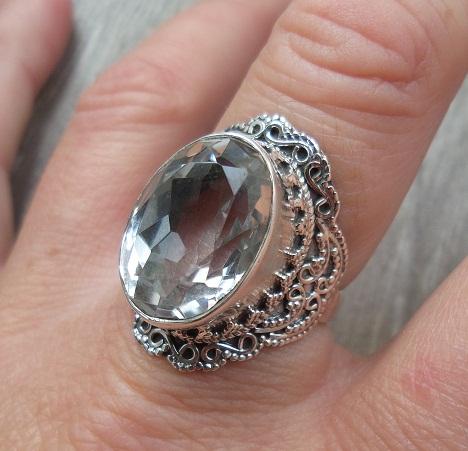 85b1f1eae58 Zilveren ring met witte Topaas met bewerkte kop en band 18 mm ...